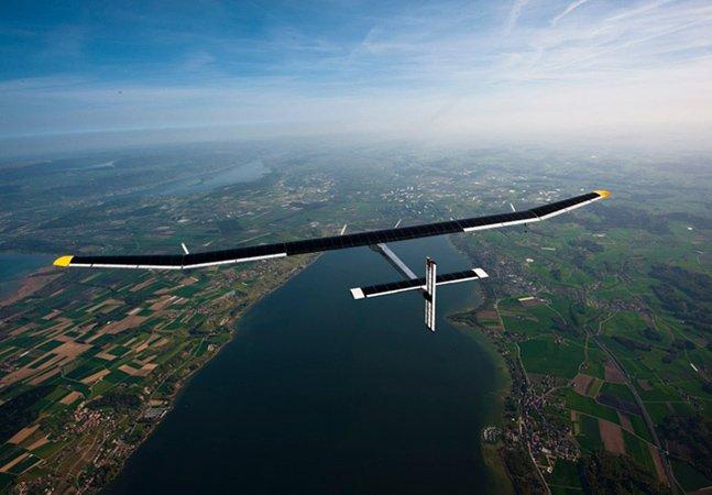 Enquanto voa em altas altitudes, o Solar Impulse 2 capta energia e a armazena em baterias de lítio.