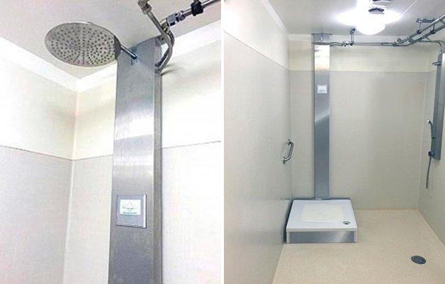 Com um sistema de purificação integrado, é possível remover as impurezas da água que cai no ralo, fazendo com que ela possa ser usada várias vezes durante o banho.